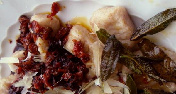 Bild 1: Gnocchi mit Salbei und Rotweinsauce