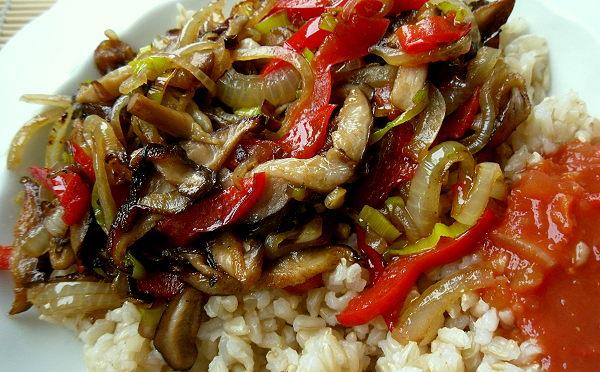 Shitake-Gemüsepfanne, Vollkornreis und Salsa