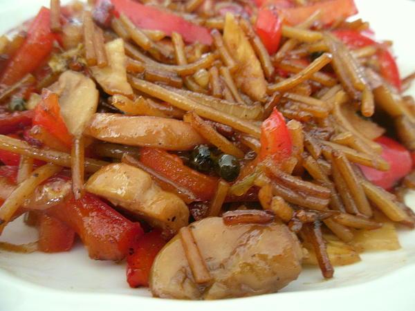 Vollkornspaghetti mit Paprika, Champignons, Ingwer, Bauchspeck, grünem Pfeffer