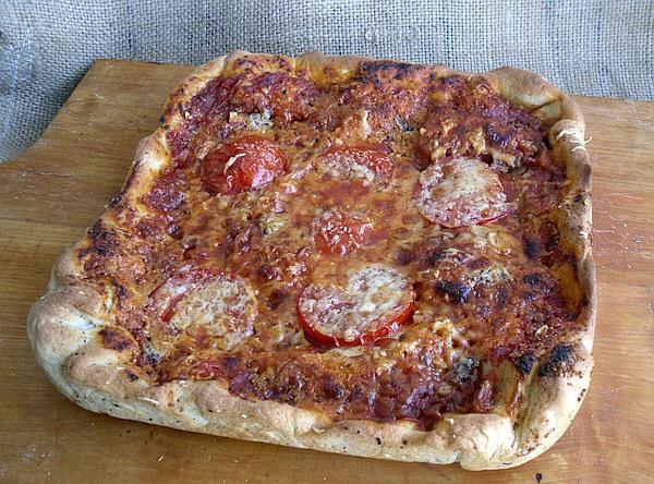 """""""Rustikale Pizza"""" mit Teig aus """"Mehl für Pizza"""" und Dinkelmehl, Tomatensauce, Tomatenscheibe, Gewürzen unde Käse"""