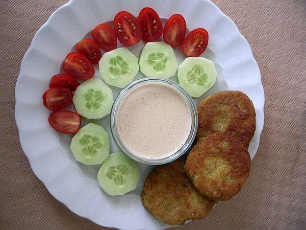Als Ausblick auf kommende Falafel-Rezepte: Falafel mit Yoghurt-Tahin-Knoblauch-Sauce und Rohkost