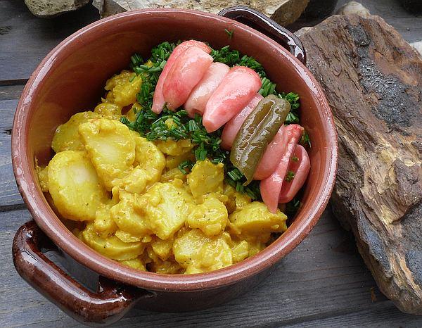 Kartoffelsalat in kleiner Servierschüssel, mit Schnittlauch-Deko und Radieschen-Kimchi