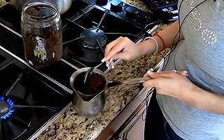 Ton- und Videokunst: Kochen von türkischem Kaffee, und Kaffeesatz-Lesen