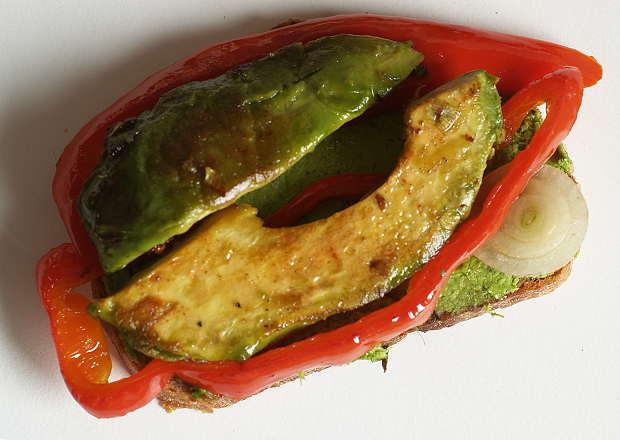 Gebratene Avocado auf Spitzpaprika und Schmand-Petersiliencreme
